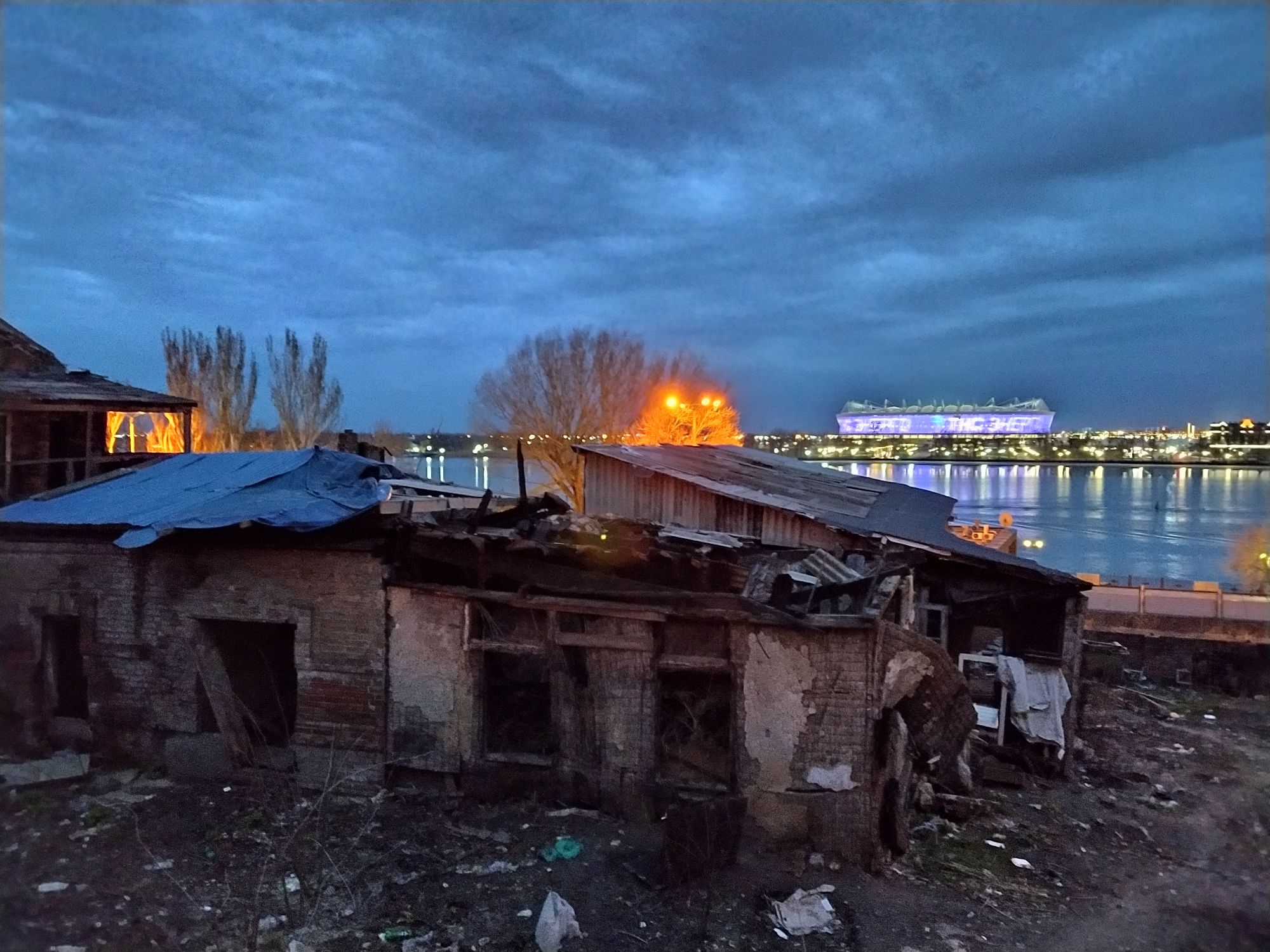 Это конечно квинтэссенция примерно всего - сияющая РостовАрена на левбердоне и останки чего-то на правом берегу.