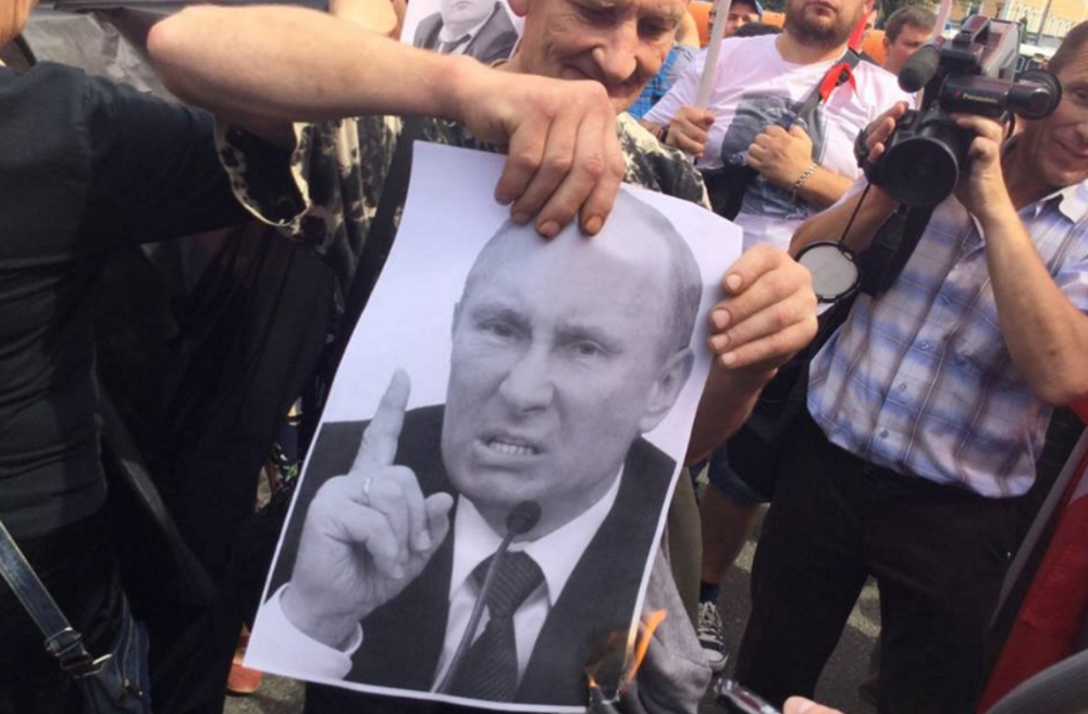 Арестован за сожжение портретов Путина, Медведева