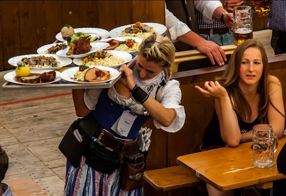 Официантка в Германии зарабатывает за две недели больше, чем россиянин за целый