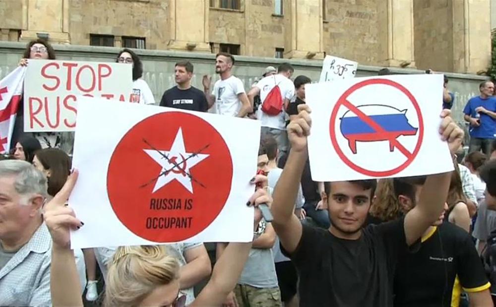 Русские оккупанты, вон из Грузии. Протесты в Тбилиси