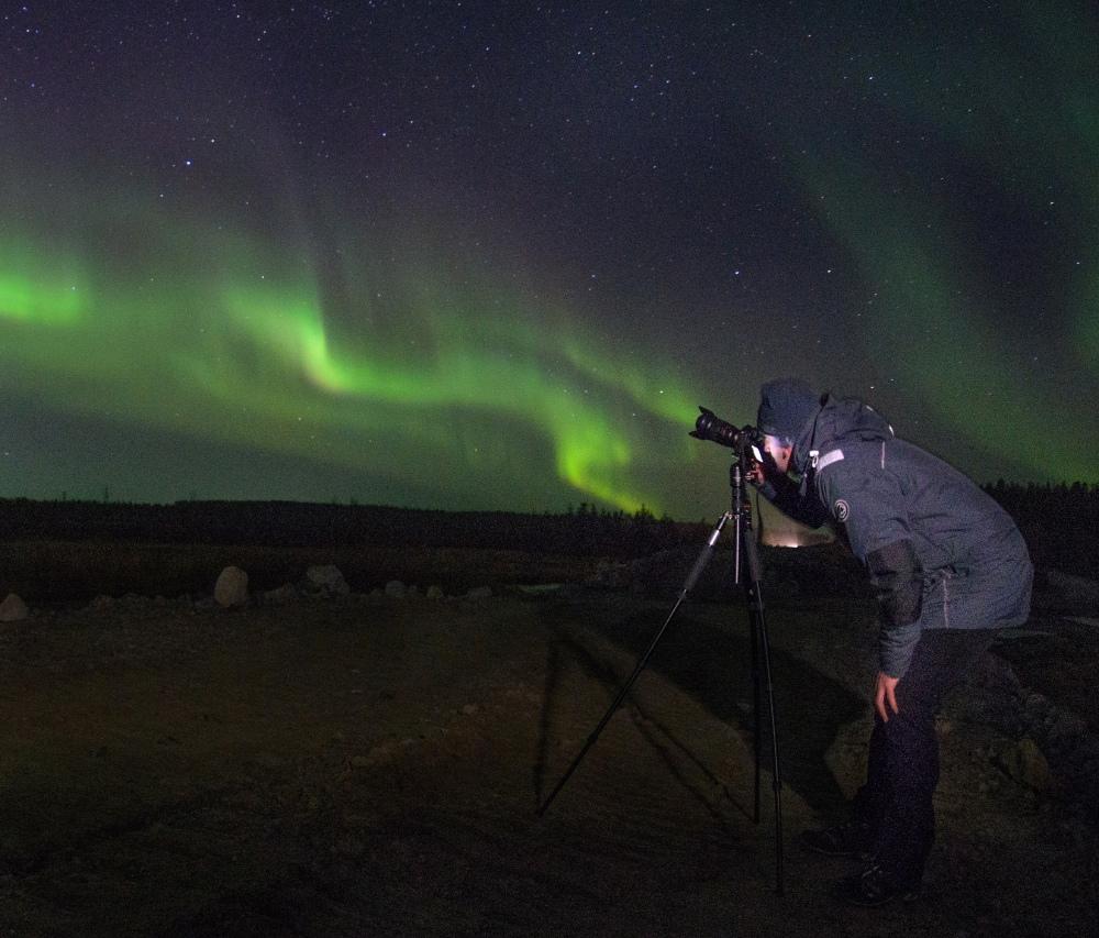 Охотник за северным сиянием за работой. Фото с сайта arctic-safari.com