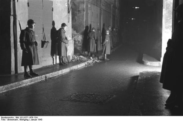 Bundesarchiv_Bild_101I-027-1476-13A,_Marseille,_französische_Wachtposten