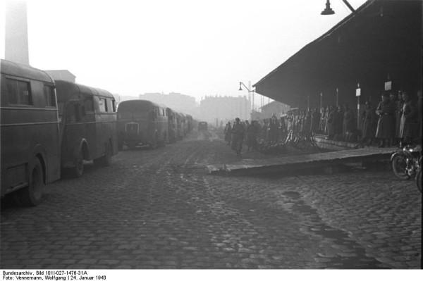 Bundesarchiv_Bild_101I-027-1476-31A,_Marseille,_Gare_d'Arenc._Deportation_von_Juden