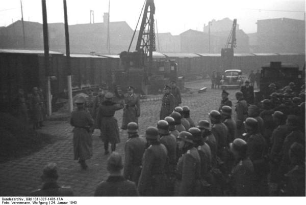 Bundesarchiv_Bild_101I-027-1476-17A,_Marseille,_Gare_d'Arenc._Deportation_von_Juden