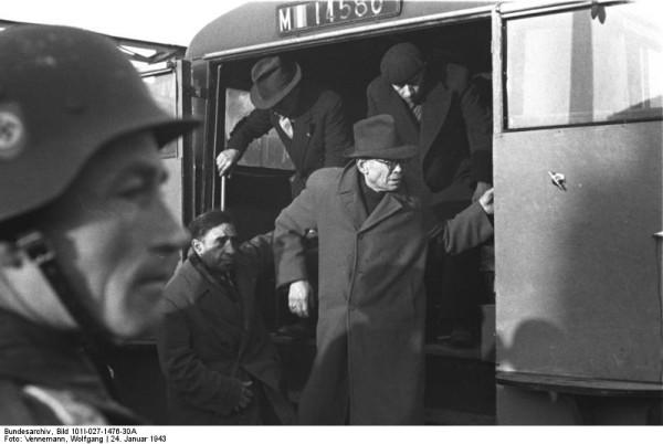 Bundesarchiv_Bild_101I-027-1476-30A,_Marseille,_Gare_d'Arenc._Deportation_von_Juden