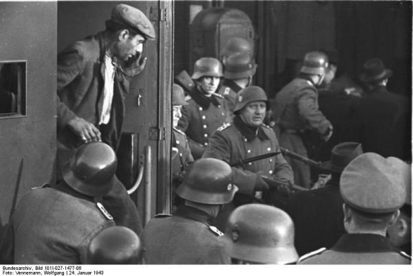 Bundesarchiv_Bild_101I-027-1477-06,_Marseille,_Gare_d'Arenc._Deportation_von_Juden