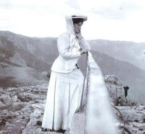 1911ca. Tsaritsa Alexandra at cliff