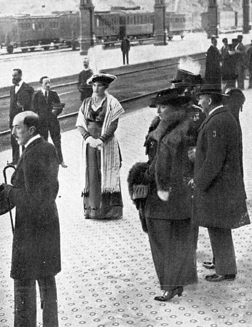 1913 Queen Victoria Eugenia at station