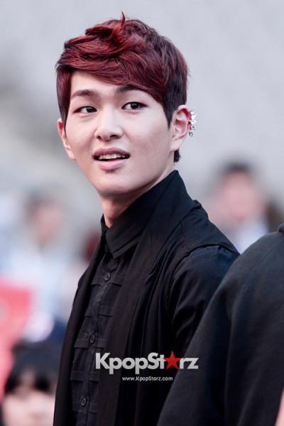 69717-shinee-onew-kara-goo-hara-beast-yoon-doojoon-mcs-at-2013-dream-concert