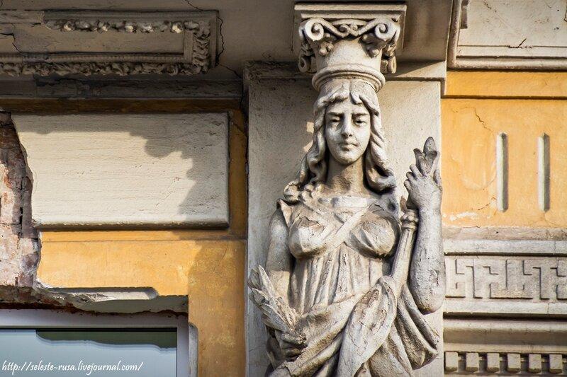 Женская скульптура на доме Подбельского до реставрации. Фото Нины Дюковой
