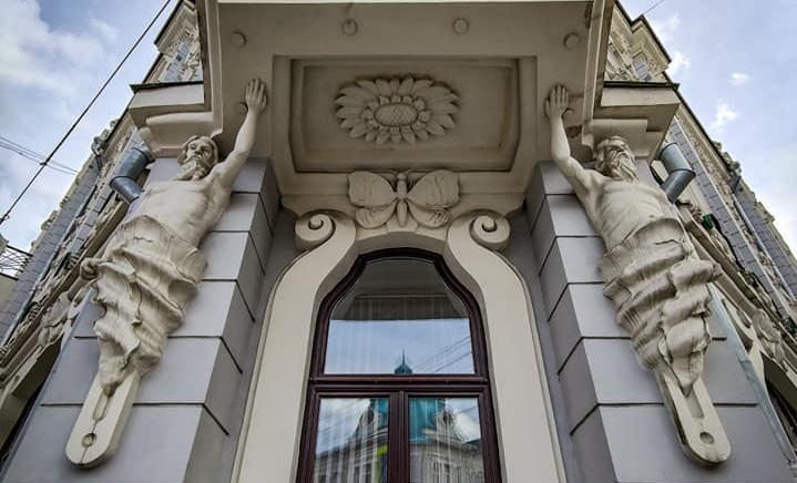 Воссозданные тритоны на доходном доме Нуйчева. Фото Нины Дюковой.