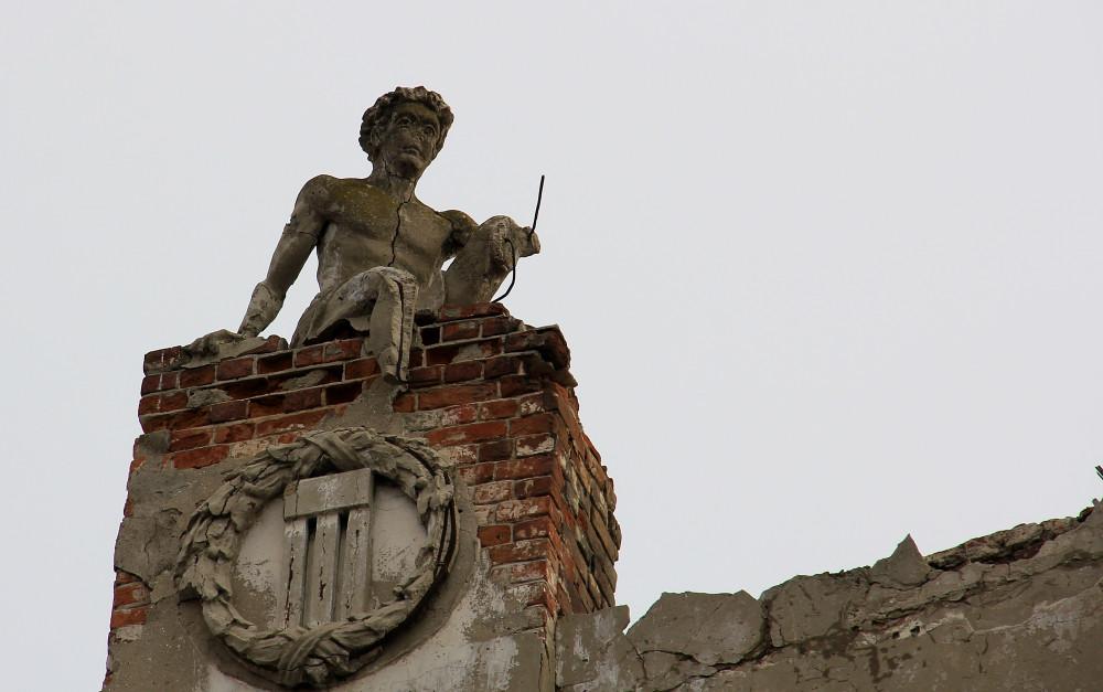 Одна из сохранившихся скульптур на Реальном училище