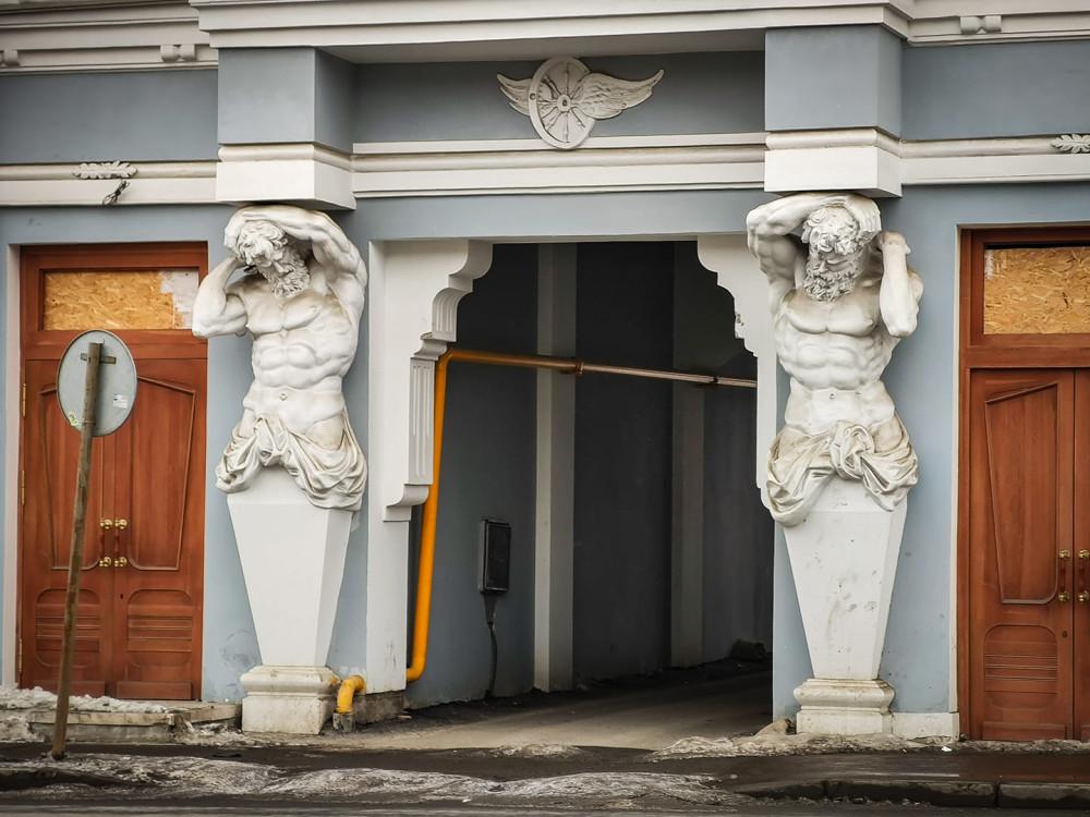 Копии атлантов на фасаде особняка Шихобалова. Фото Нины Дюковой.