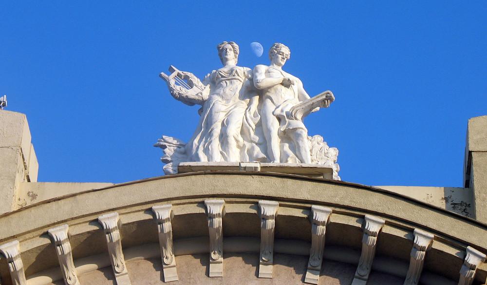 Копия скульптуры Аполлона и Эрато на Самарской филармонии.