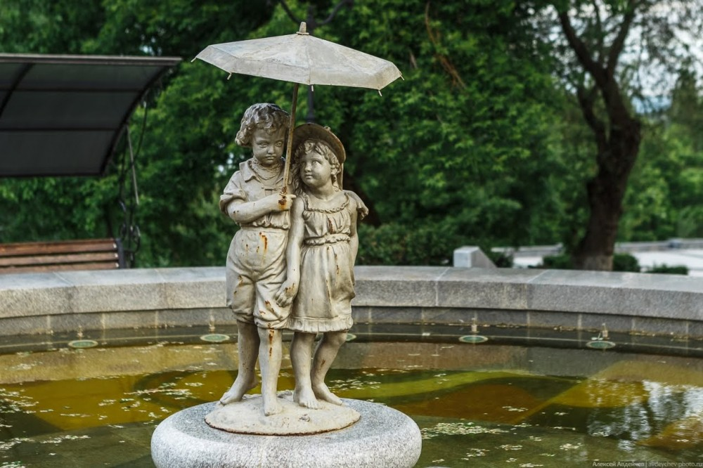 """Фонтан """"Мальчик и девочка под зонтом"""" в Струковском саду. Фото Алексея Авдейчева."""