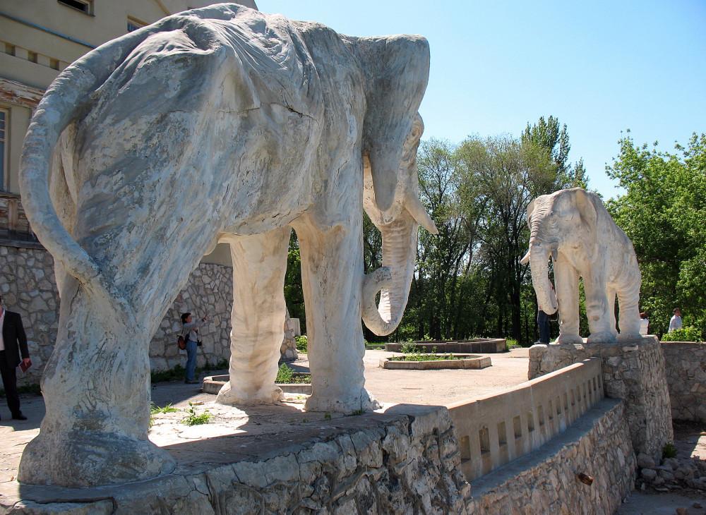 Скульптуры слонов на даче купца Головкина.