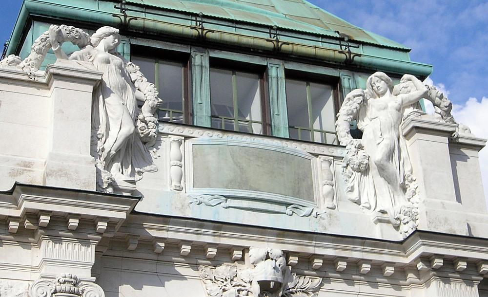 Скульптуры на Пальмовой оранжерее в Вене. Фото из Википедии.