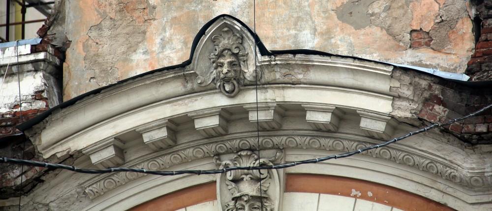 Деталь фасада дома Гребежева. Из трех львиных масок на карнизе сохранилась лишь одна. Две боковые обрушились.