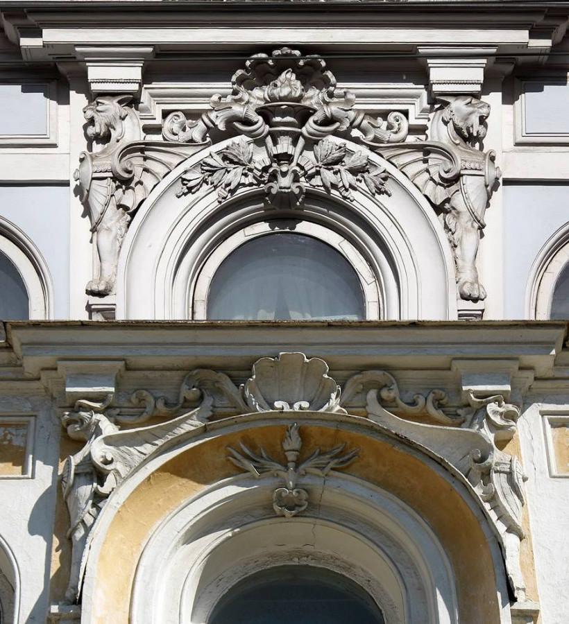 Сверху особняк Коробковых в Москве (фото Маргариты Фединой). Снизу винные склады Иванова в Самаре.