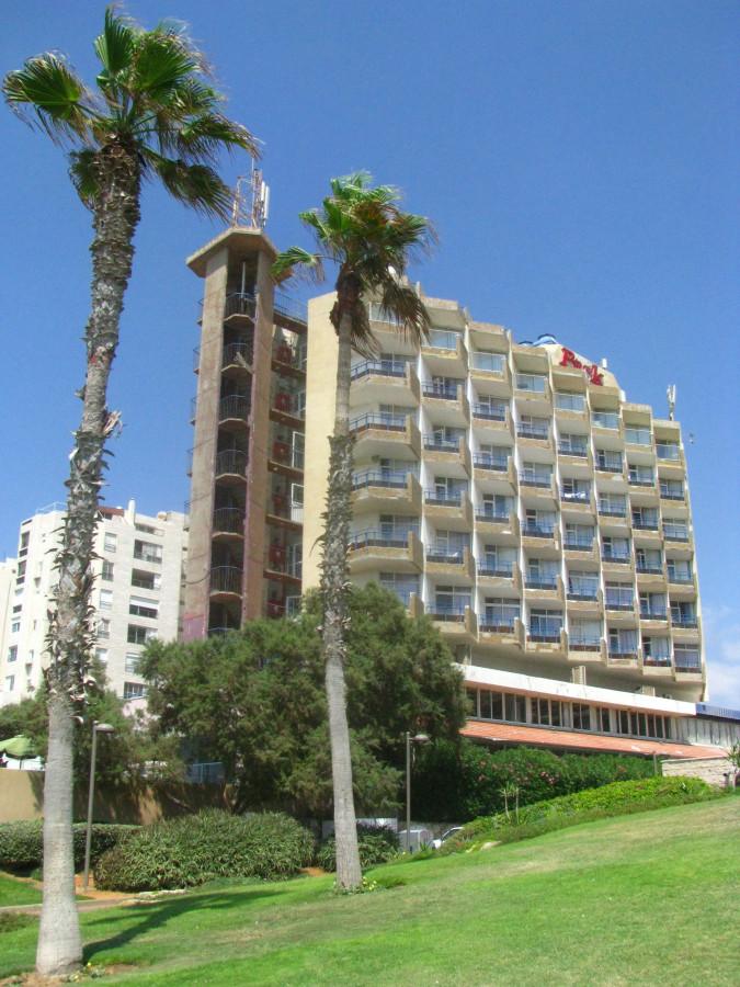 Это наш временный отель Парк. На полдороге между морем и отелем.