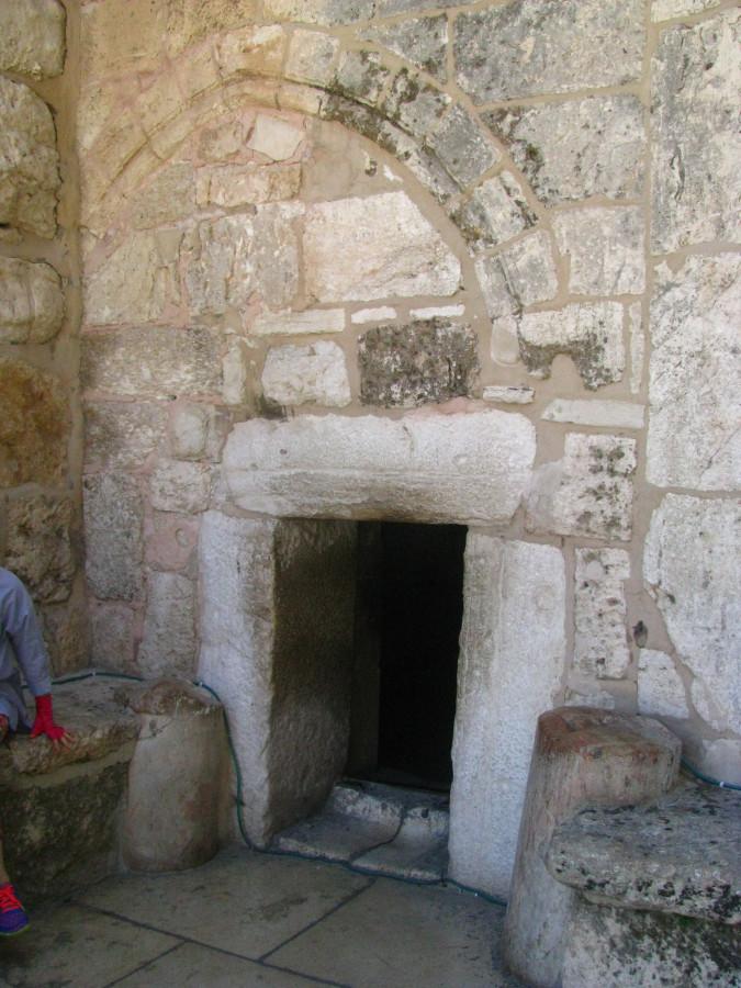 Со временем, вход в храм сделали узким, дабы рыцари спешивались с коней...