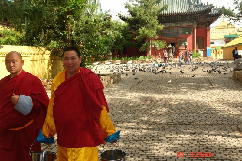 Два монаха с пустыми ведрами явно лучше чем одна баба с теми же приборами.