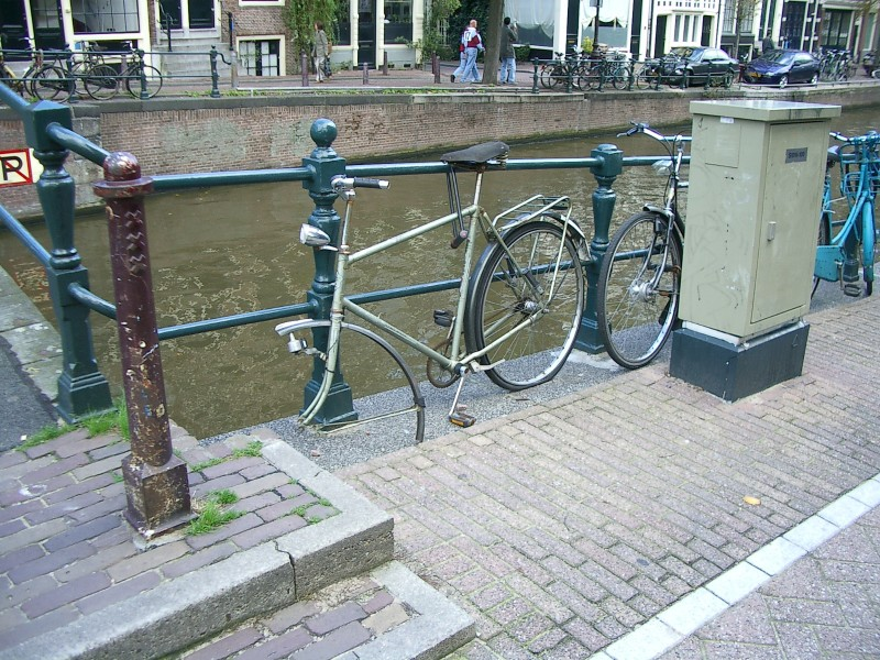Европа она разная, но лохизм не приветствуется нигде. Амстердам, привязывай-не привязывай - сопрут!