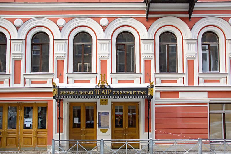 Здесь еще и Блок выступал! А нынешний Театр основал Андрей Петров, если помните такого прекрасного композитора советских времен.