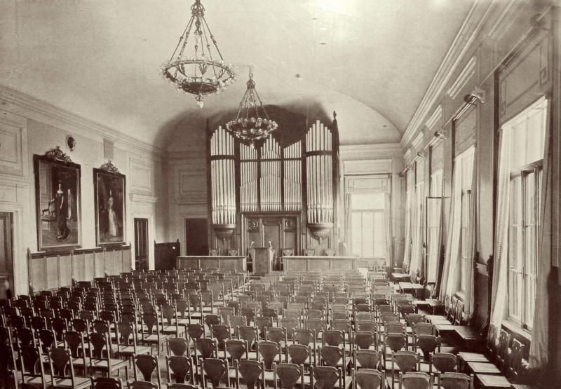 аЭто актовый зал тех еще лет вместе с первоначальным органом.