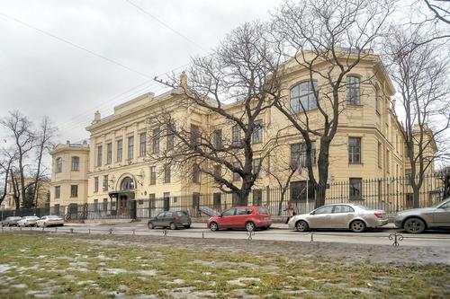Фасадом здание выходит прямо на Университет.