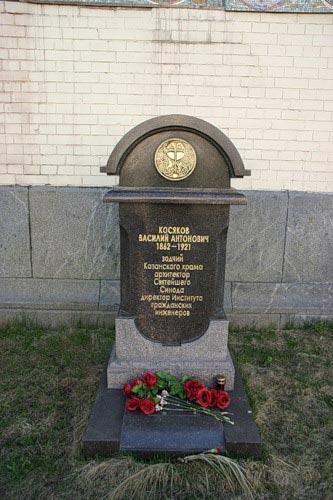 Умер Василий Иванович в Петрограде в 1921 году от голода. Завещал похоронить его на Новодевичьем, но ... захоронение утеряно. Зато у его Казанской церкви стоит теперь кенотаф- память есть, праха нет.