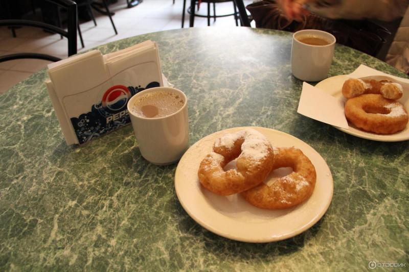 Ничего не изменилось- кофе со сгущенкой из бака, пышки с пудрой и - внимание!- нарезанные бумажки вместо салфеток. Вот только держатели с логотипом- недоработка!