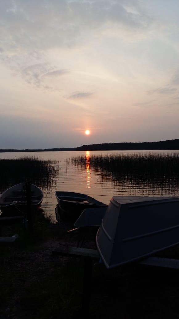 А вечерком хорошо на озеро сходить. Комариков покормить, да лодку проверить- не сперли ли. Шучу. Лодки не трогают.