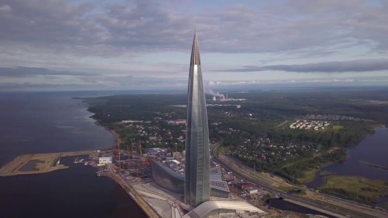 Чуть левее башни намыт контур яхт-клуба. Сразу за ним виден пляж Лахты, где все связано с Петром Первым.
