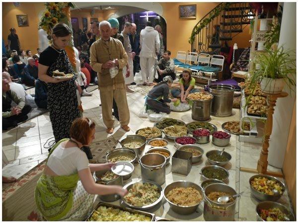 По отзывам посетителей кормят всех, на верность и преданность канонам не проверяют. Только вот все сугубо веганское!