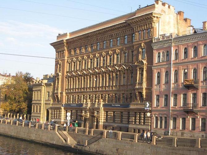 Через пять лет после окончания Института Барановский построил для Елисеева такой дом на Фонтанке. Странно, правда, для молодого специалиста?