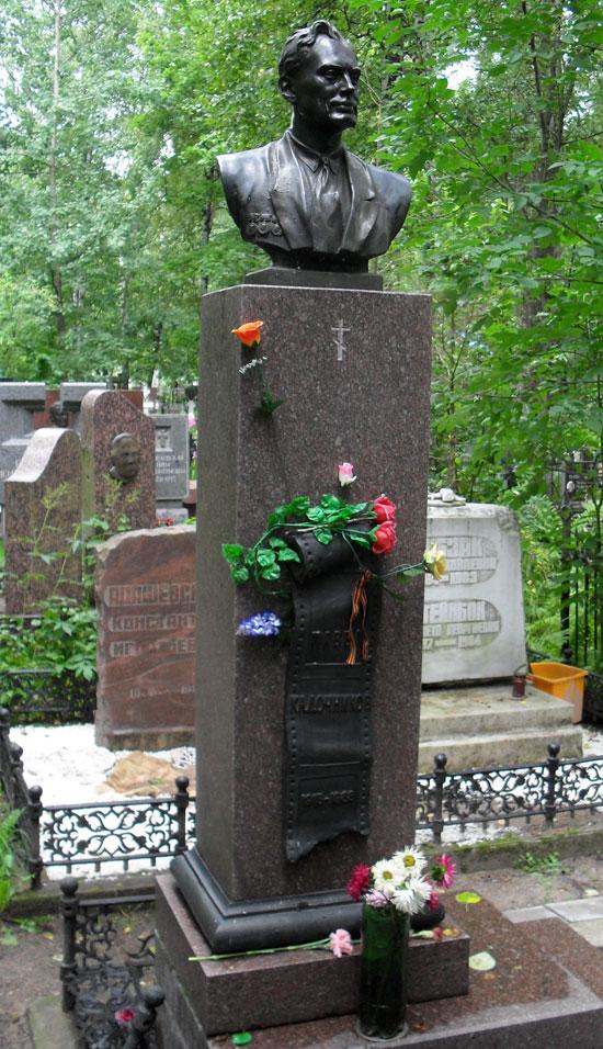 Это семейная могила, тут и жена и сын Кадочникова.