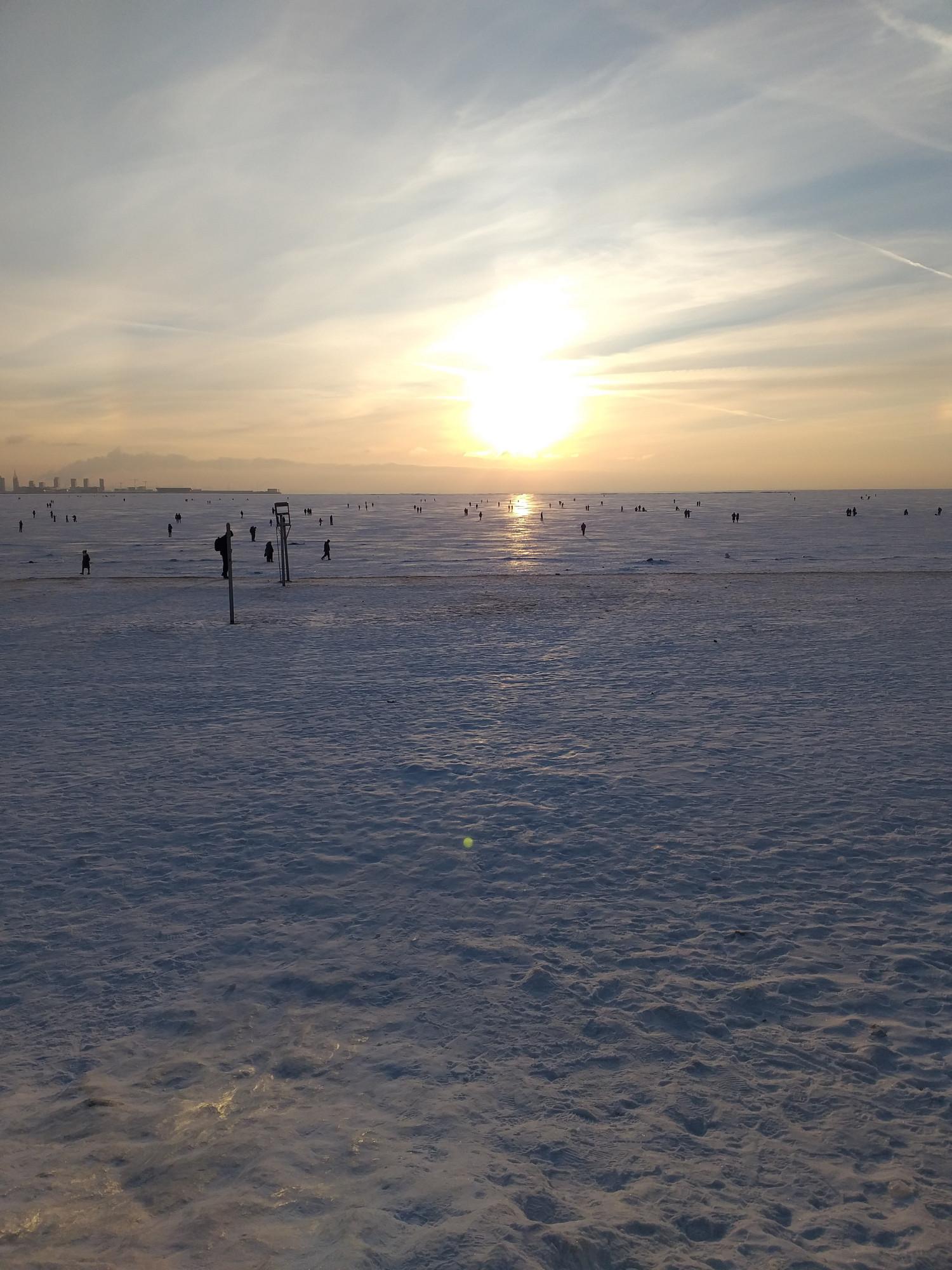 Позавчера было солнечно, вдоль горизонта, ха-ха! И морозно- до минус 12-14. Народ резко побрел на свет божий, как мошкА неразумная. Куда прутся на залив!? Там же полынья на полынье. Ладно бы еще больные на всю голову подледные рыбаки, но половина пешеходов- родители с детьми.