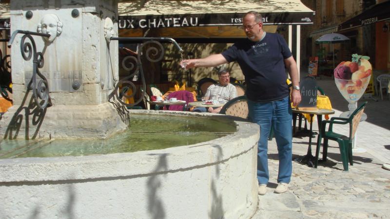 """Заказал воду в ресторанчике, а гарсон выразительно указал на фонтан: """"Не выеживайся!"""""""