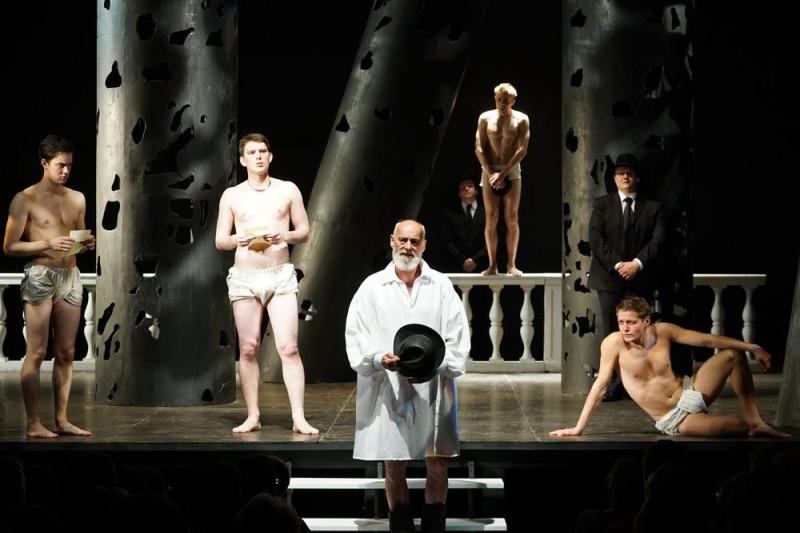 На переднем плане Армандо, а в трусах это король с приятелями. Чувак в костюме с галстуком- тюремщик.