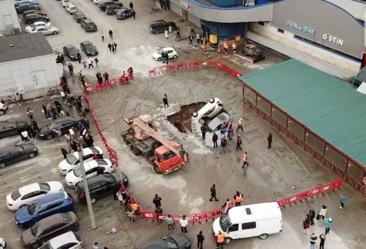 Приехали спасатели, поставили забор. Воду уже перекрыли, а то ведь весь перекресток затопило, а не только парковку.