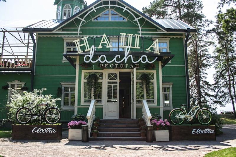 Фасад со стороны Приморского шоссе. Этакий типичный дачный домик из начала 20-го века.
