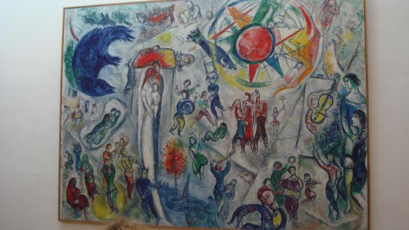 Огромного размера картина Шагала.