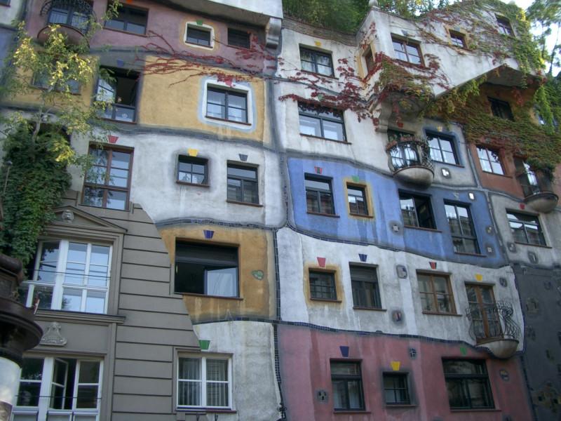 Дом полного психа! Деревья и кусты на крыше и в окнах - так задумано.