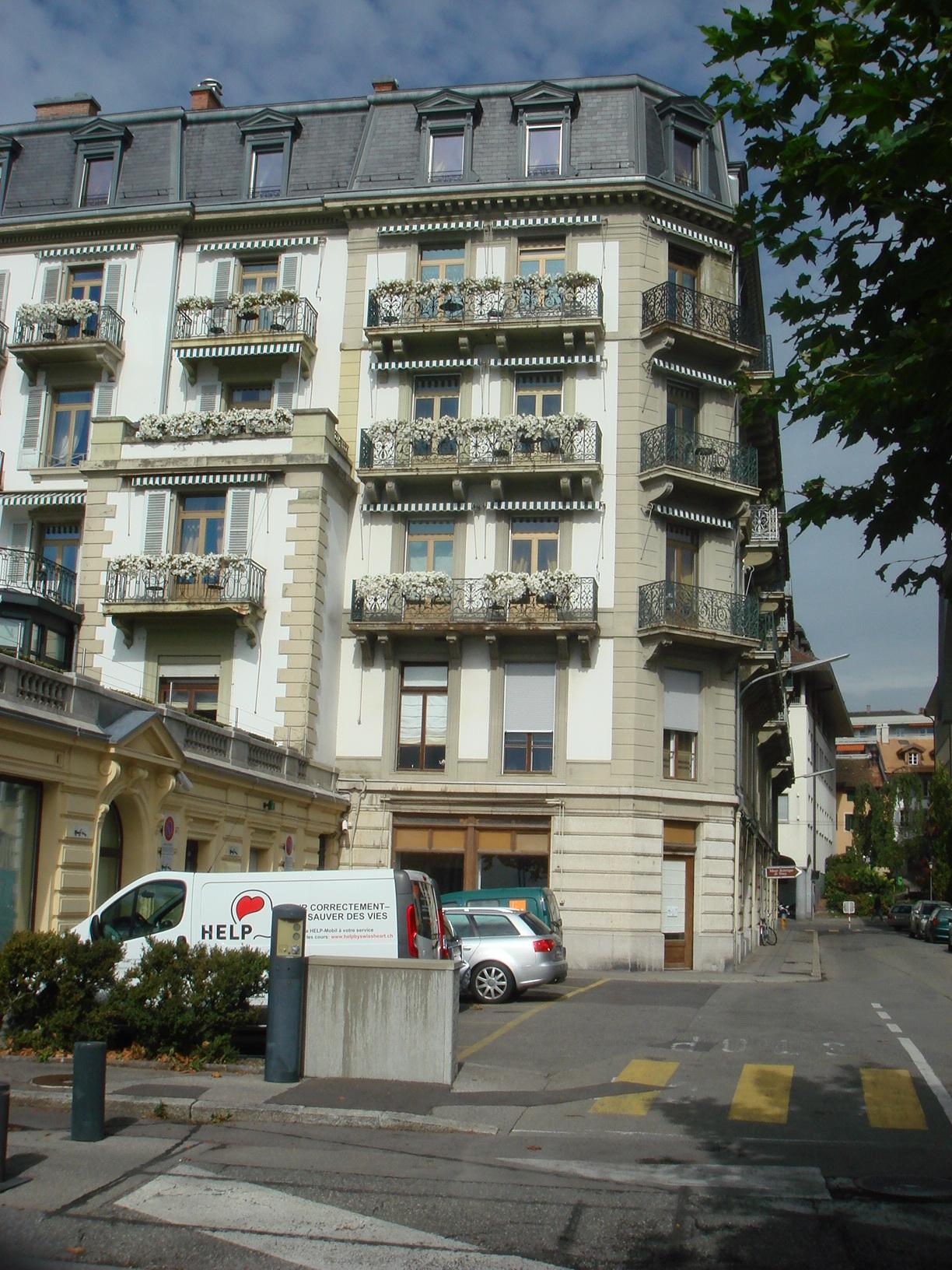 Пятый этаж. Два балкона справа по фасаду и один на скошенном углу - все наши. Обалдеть!
