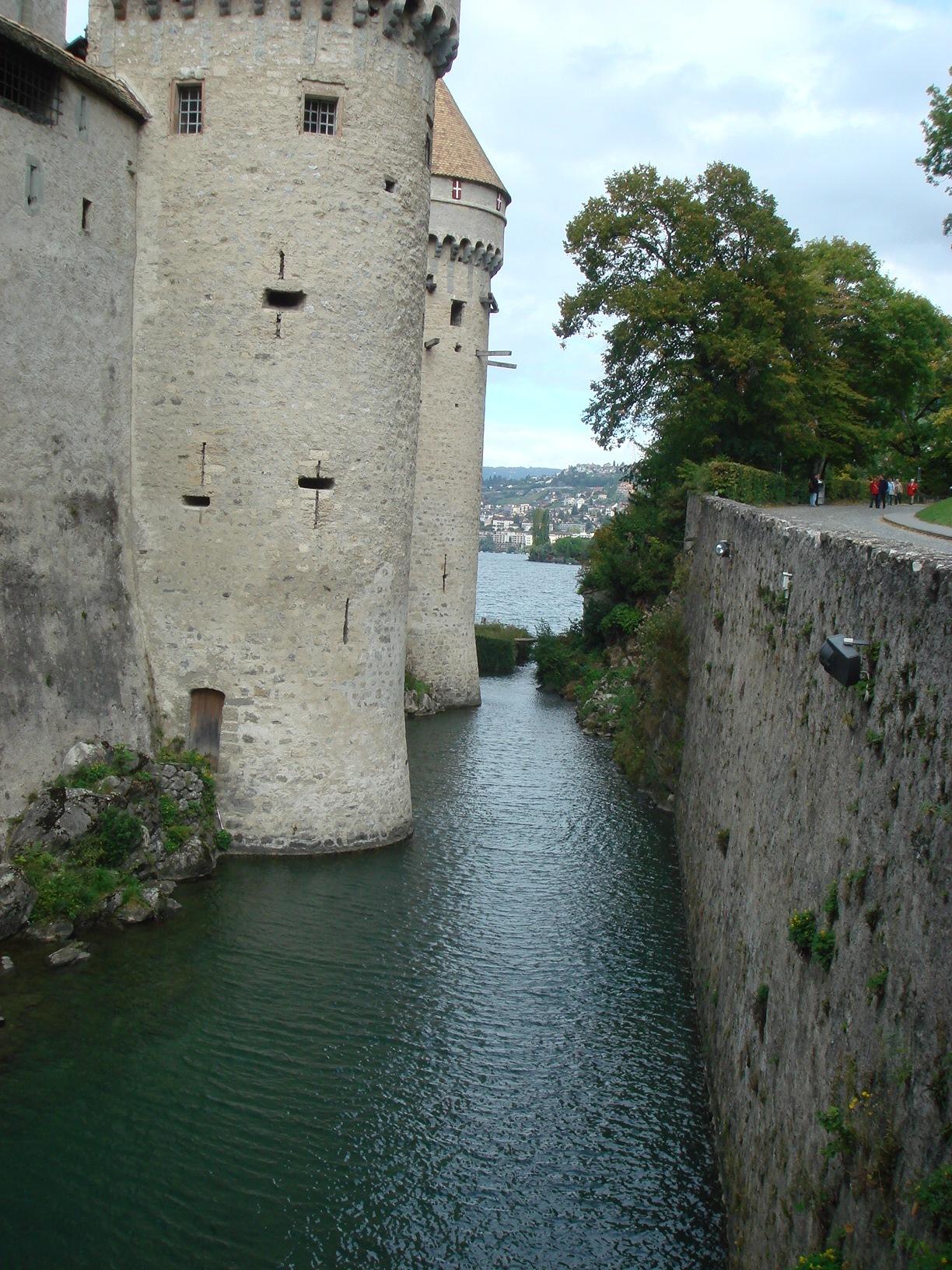 Чтобы не рыть ров они построили замок в воде. Оригинально.