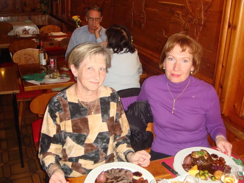 Ради нас хозяйка(слева) вышла с кухни и согласилась позировать.