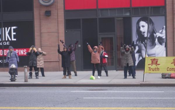Жители Нью-Йорка китайской национальности на утренней зарядке