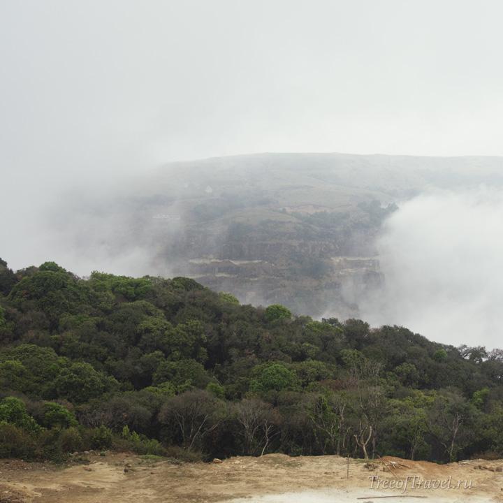Вид на туманную долину из Черапунджи