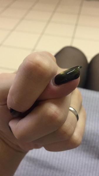 Сексуальная барыня с длинными красными ногтями